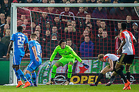 ROTTERDAM - 03-03-2016, Feyenoord - AZ, stadion de Kuip, 3-1, AZ speler Markus Henriksen scoort de 1-0 in eigendoel (2vl), AZ keeper Sergio Rochet, Feyenoord speler Dirk Kuyt.