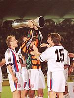 Fotball<br /> Bayern München<br /> Foto: Witters/Digitalsport<br /> NORWAY ONLY<br /> <br /> v.l.: Jürgen KLINSMANN, Torwart Oliver KAHN,<br /> Christian NERLINGER<br /> UEFA Cup Finale Rückspiel Girondins Bordeaux - FC Bayern München 1:3<br /> 15.5.1996