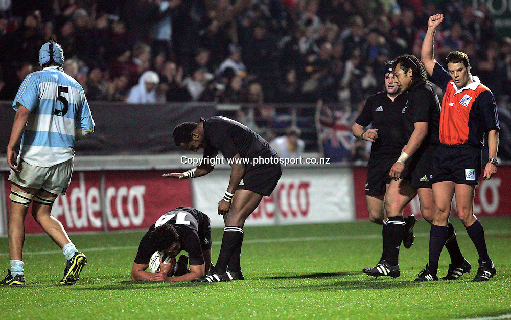 All Black winger Malili Muliaina is congratulated by team mate Joe Rokocoko after scoring a try  during the All Black Test match against Argentina, 26 June, 2004, Waikato Stadium, Hamilton. The All Blacks beat Argentina 41-7.<br />