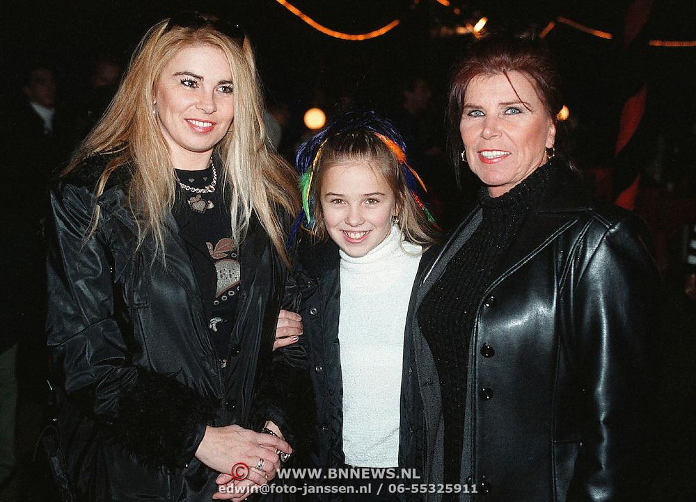 Premiere wintercircus Royal Dordrecht, Tine Boskamp - Tijssen met dochter Ellen en kleinkind Maria