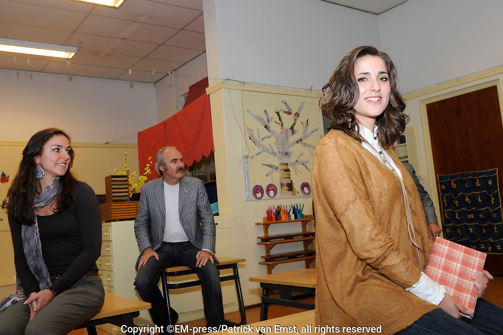 Perspresentatie  van de voorstelling 'Je Anne' op de Montessrischool Anne Frank, Amsterdam. Dit is de schhol waar Anne Frank in de jaren 30 onderwijs volgden.<br /> <br /> op de foto:<br /> <br />  Regiseur Frank van Laecke met acteurs Thom Hoffman ,<br /> Marloes van den Heuvel , <br /> Sanne Bosman,<br /> Abke Bruins,<br /> Frans Maas,<br /> Annemarie Maas,<br /> Levi van Kempen,<br /> Mark van der Laan,