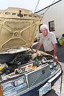 Dennis Dillon reparerar en Volvo 240 som tillh&ouml;r Carla Shetzline. <br /> Alamo Automotive i Portland, Oregon, USA.<br /> Foto: Christina Sj&ouml;gren
