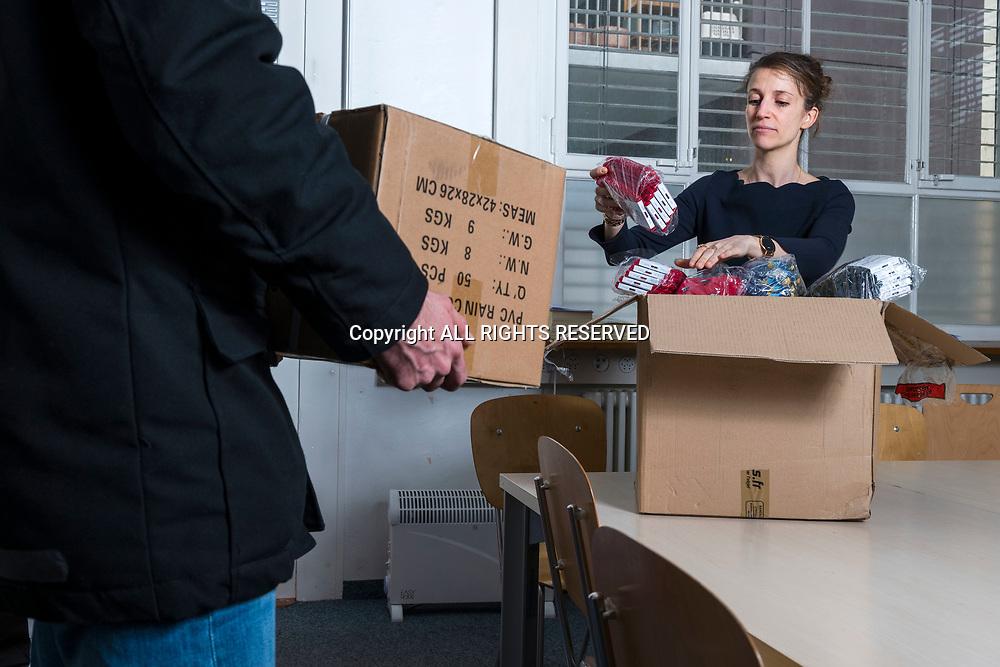 Genève, février 2017. Aude, fondatrice de la petite entreprise Sock's factory reçoit une livraison d'échantillon. © Olivier Vogelsang