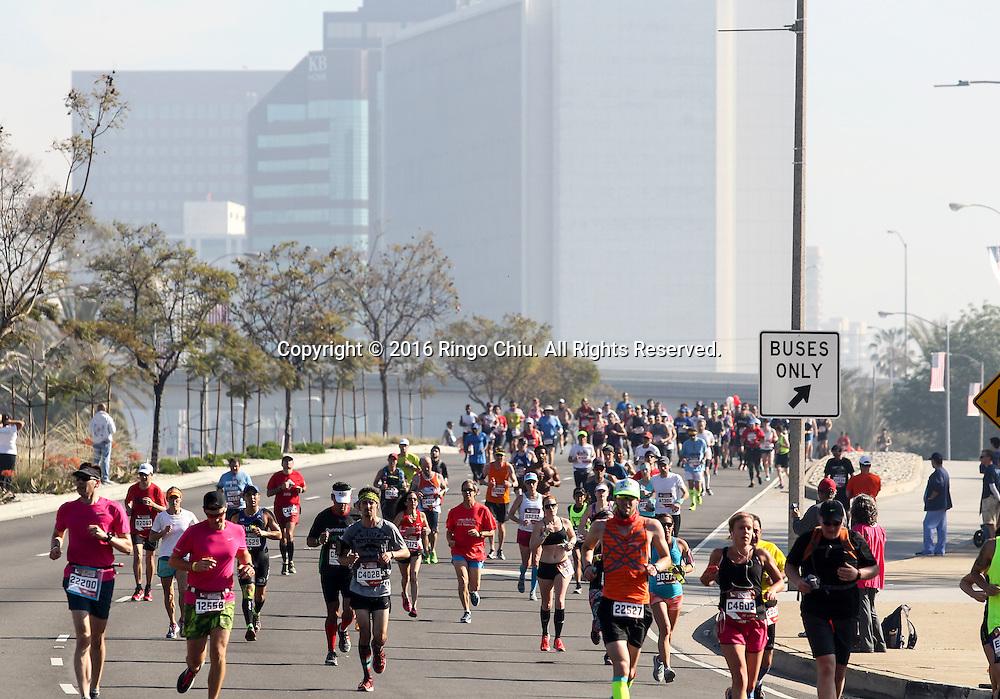 2月14日,选手们在比赛中经过威尔希尔大道。当日,第31届洛杉矶马拉松赛在美国洛杉矶举行。赛事以道奇体育场为起点,途中经过好莱坞星光大道,以圣塔莫尼卡海滩为终点,总长26.2英里,超过25,000名来自美国50个州和62个国家选手参加。新华社发 (赵汉荣摄)<br /> Runners make their way along Wilshire Boulevard during the 31st LA Marathon in Los Angeles, the United States, Sunday, Feb. 14, 2016. More than 25,000 runners from all 50 states and 62 countries participated the 26.2-mile event began at Los Angeles Dodger Stadium and went through Los Angeles, West Hollywood and Beverly Hills and ended in Santa Monica.  (Xinhua/Zhao Hanrong) (Photo by Ringo Chiu/PHOTOFORMULA.com)<br /> <br /> Usage Notes: This content is intended for editorial use only. For other uses, additional clearances may be required.