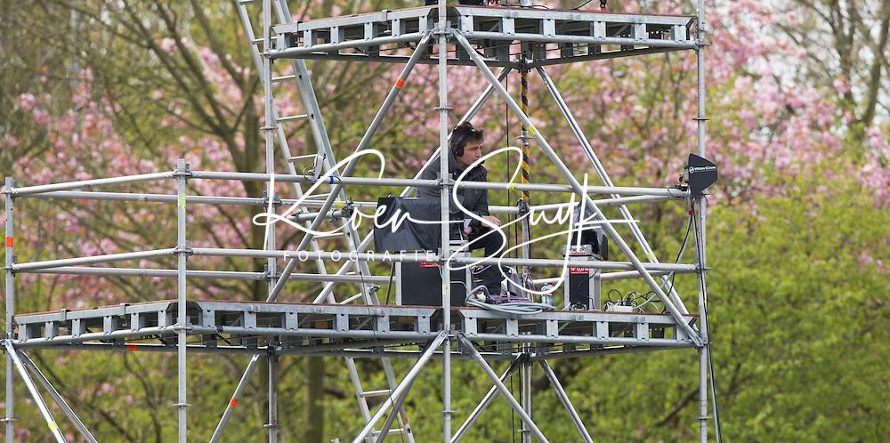AMSTELVEEN -  NOS verslaggever Philip Kooke    tijdens de tweede halve finalewedstrijd in de Play offs tussen Amsterdam en  SCHC (2-0).  Amsterdam gaat door naar de finale. COPYRIGHT KOEN SUYK