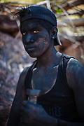 Retrato de un joven representando a un Judío, los Judíos se pintan el cuerpo con tizne de olote, empuñan un sables de madera, durante la semana santa son la autoridad del pueblo y guían las diferentes actividades durante la fiesta en Huaynamota, Nayarit.