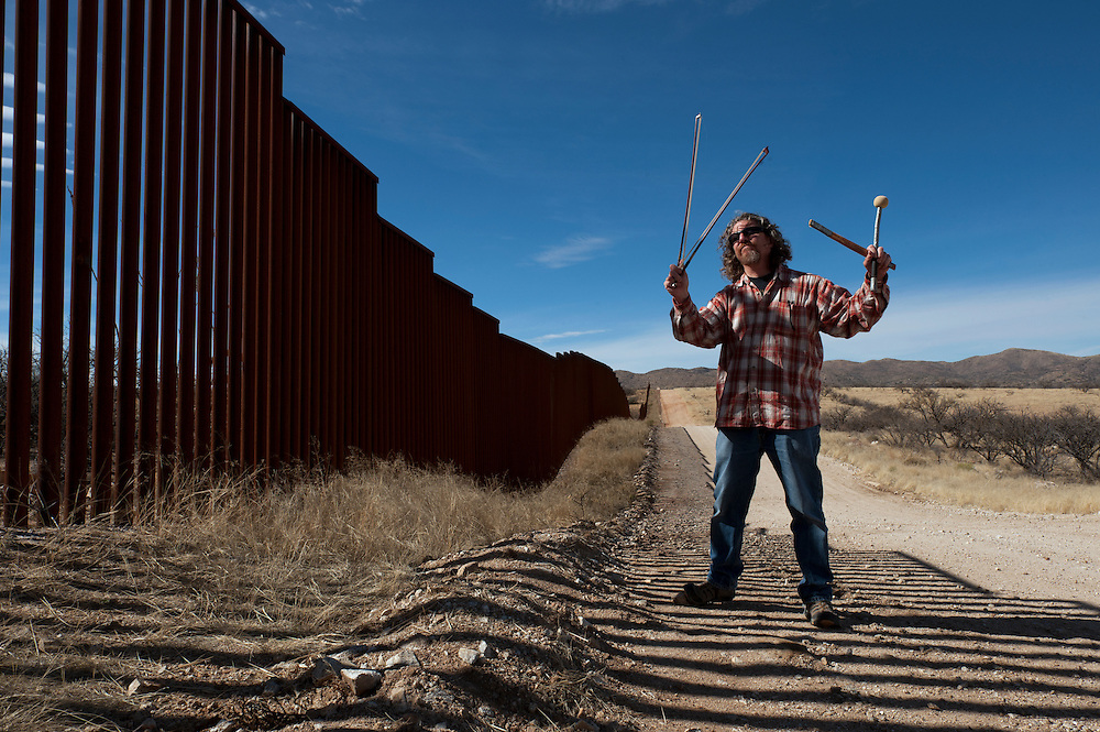 Glenn Weyant uses the border fence in Arizona to make and record  music. <br /> <br /> Arizona, USA.<br /> <br /> &copy; Stefan Falke<br /> www.stefanfalke.com<br /> LA FRONTERA: Artists along the US Mexican Border
