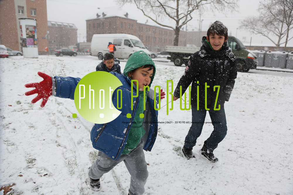 Mannheim. 07.12.12  Wohlgelegen. Der erste Schnee im Winter 2012.<br /> M&auml;rt, Daut, Ismail und Emirahn spielen im Schnee.<br /> <br /> Bild: Markus Pro&szlig;witz 07DEC12 / masterpress /