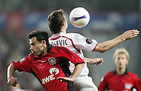 Fussball  UEFA Pokal  Viertelfinale  Hinspiel   Saison 2006/2007 Bayer 04 Leverkusen - CA Osasuna                Marko BABIC (li, Leverkusen) gegen Savo MILOSEVIC (re, AC)