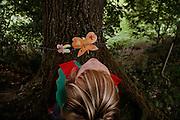 Svizzera, San Gallo, asilo nel bosco , I giochi pre-fabbricati in genere non esistono; è la natura a offrire gli strumenti per il gioco, sviluppando tutti i sensi del bambino, che è libero di scieglere con cosa e con chi relazionarsi.  ......Switzerland, St. Gallen, kindergarten in the wood. Children are free to run and enjoy in the wood no matter cold or snow...