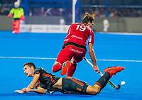BHUBANESWAR, INDIA - Jonas de Geus (Ned) met Felix Denayer (Belgie)  tijdens de  finale tussen België en Nederland bij het WK Hockey heren in het Kalinga Stadion. COPYRIGHT KOEN SUYK