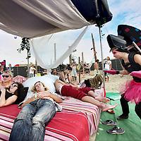 """Nederland, Amsterdam , 20 augustus 2011..Het Magneetfestival heeft een nieuwe locatie en datum. Het festivalterrein is een maand lang te bezoeken op de Oostpunt in stadsdeel Amsterdam-Oost. Het terrein is van 19 augustus tot 11 september iedere dag open. Twee weekenden worden door de organisatie zelf geprogrammeerd. De rest van het programma komt tot stand in samenwerking met externe partijen en met name de bezoekers. Of eigenlijk deelnemers, zoals de organisatie het zelf graag noemt..Initiatiefnemer Jesse Limmen vertelt over de nieuwe locatie: """"Dit terrein ligt op het moment braak en de gemeente Amsterdam heeft het terrein een culturele bestemming gegeven. Isis (nachtburgemeester Amsterdam, dj) hoorde hiervan en bracht ons in contact met de gemeente. We zijn de komende jaren in ieder geval verzekerd van een terrein."""" .Op de foto een loungeplek waar op dat moment een act langs kwam met uitgedoste dames met speakers op hun rug waar muziek uit kwam aangestuurd door een DJ oftewel een wandelende dance act..Foto:Jean-Pierre Jans"""