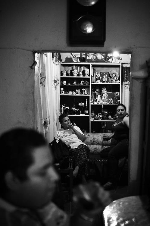 APUNTES SOBRE MI VIDA: LA PASTORA I - 2009/10<br /> Photography by Aaron Sosa<br /> Tiuna Rodriguez, al fondo su madre y esposa. Aun continua viviendo en Castillitos, La Pastora. Tiuna es uno de mis amigos de infancia.<br /> La Pastora, Caracas - Venezuela 2010<br /> (Copyright © Aaron Sosa)