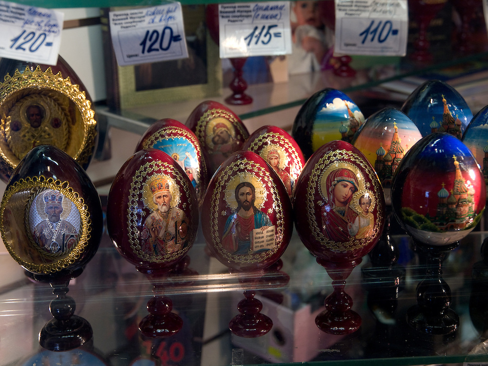 Souvenirs in Moskau. Matrjoschka sind aus Holz gefertigte und bunt bemalte, ineinander schachtelbare, eif&ouml;rmige russische Puppen mit Talisman-Charakter.<br /> <br /> Souvenirs in a Moscow shop. A matryoshka doll or a Russian nested doll (also called a stacking doll or Babooshka doll) is a set of dolls of decreasing sizes placed one inside another.
