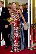 Koning Willem-Alexander en koningin Maxima zijn aanwezig bij de  premierevoorstelling Ode aan de Meester, een eerbetoon aan choreograaf. <br /> <br /> King Willem-Alexander and Queen Maxima are present at the premiere performance Ode aan de Meester, a tribute to choreographer.<br /> <br /> Op de foto / On the photo:  Koning Willem-Alexander en koningin Maxima komen aan bij het Nationale Opera &amp; Ballet <br /> <br /> King Willem-Alexander and Queen Maxima arrive at the National Opera &amp; Ballet