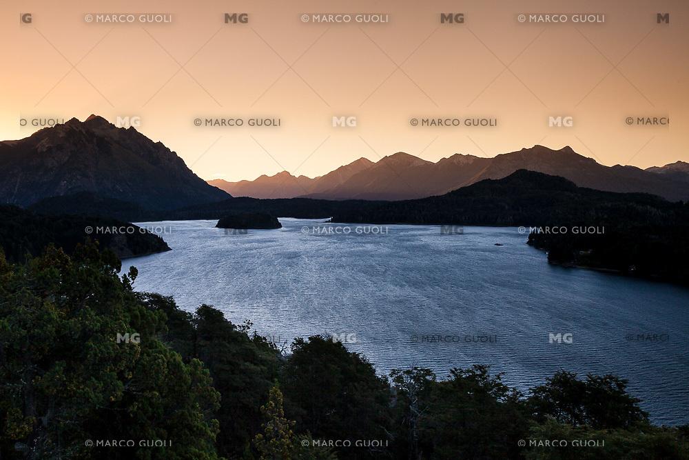 LAGO PERITO MORENO Y CERRO LOPEZ AL ATARDECER, CIRCUITO CHICO, BARILOCHE, PROVINCIA DE RIO NEGRO, ARGENTINA (PHOTO © MARCO GUOLI - ALL RIGHTS RESERVED)