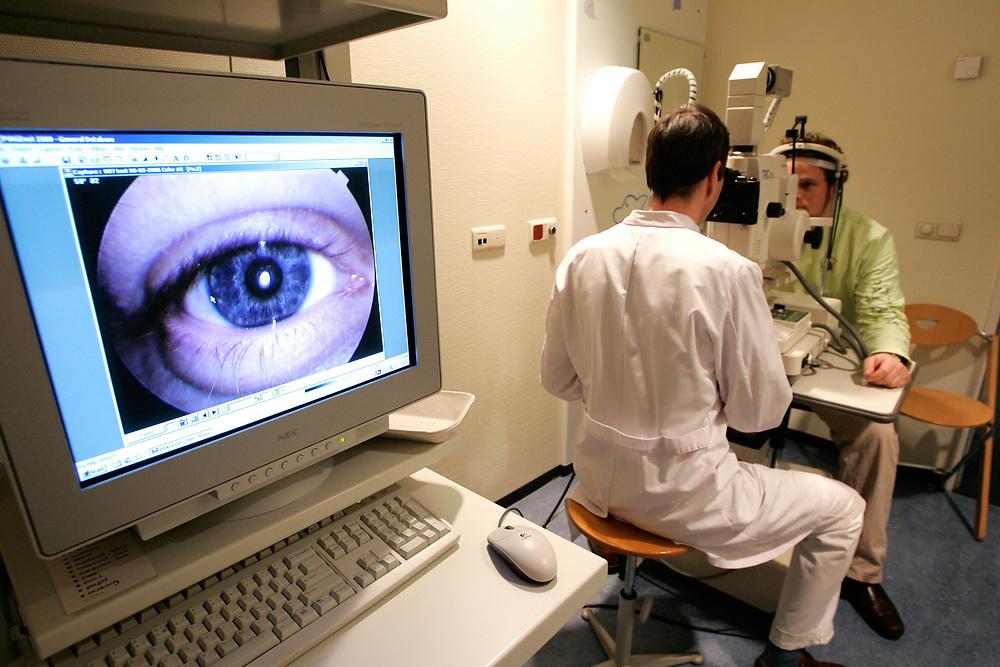 DEN HAAG - MCH. Ziekenhuis. Medisch Centrum Haaglanden. Een oogarts maakt een foto van de buitenkant van een oog. ANP PHOTO COPYRIGHT GERRIT DE HEUS