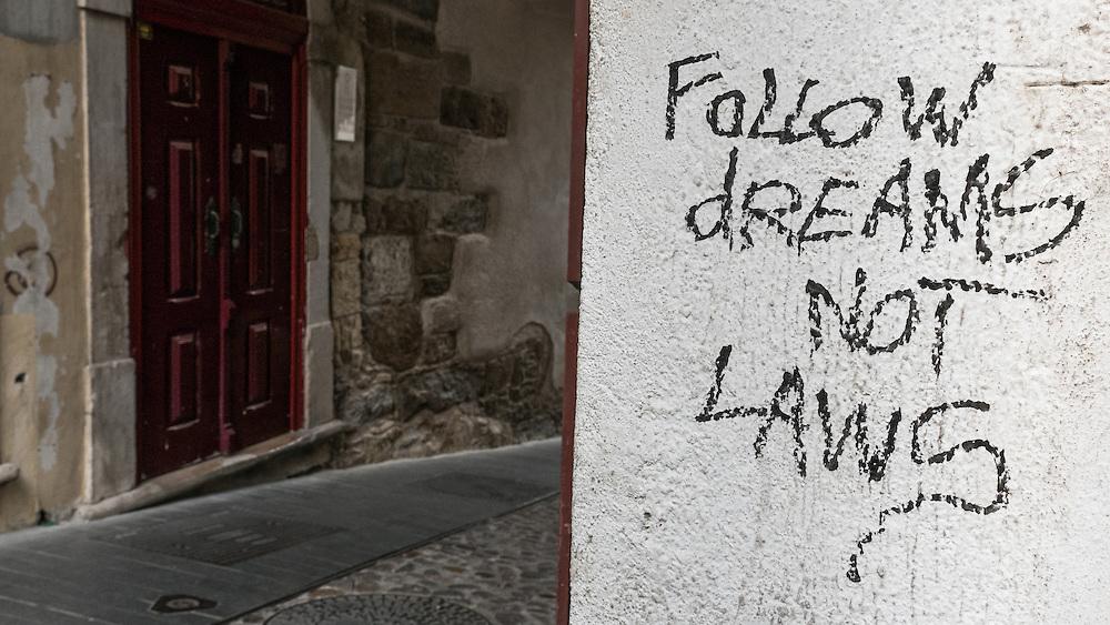 I love the graffitis in Portugal!