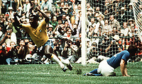 Fotball<br /> Foto: Colorsport/Digitalsport<br /> NORWAY ONLY<br /> <br /> PELE CELEBRATES SCORING THE FIRST GOAL FOR BRAZIL IN THE WORLD CUP FINAL V ITALY, MEXICO 1970.