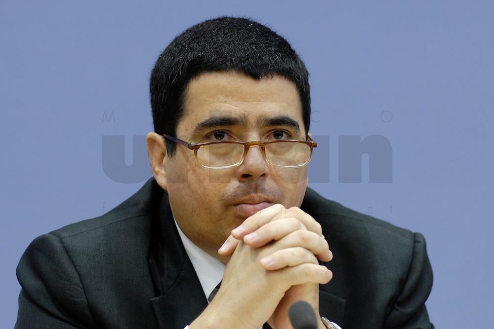21 FEB 2006, BERLIN/GERMANY:<br /> Prof. Vernor Munoz Villalobos, UN-Sonderberichterstatter<br /> fuer das Recht auf Bildung, waehrend einer Pressekonefernz zum Bericht des UN-Sonderberichterstatters, Bundespressekoneferenz <br /> IMAGE: 20060221-02-009