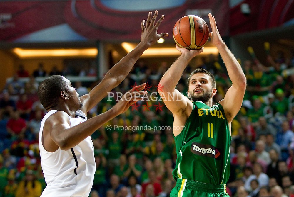 11.09.2010, Sinan Erdem Dome, Istambul, TUR, 2010 FIBA World Championship, USA vs Lithuania, im Bild .Kevin Durant  of USA vs Linas Kleiza of Lithuania during the first semifinal basketball match between National teams of USA and Lithuania. EXPA Pictures © 2010, PhotoCredit: EXPA/ Sportida/ Vid Ponikvar *** ATTENTION *** SLOVENIA OUT!