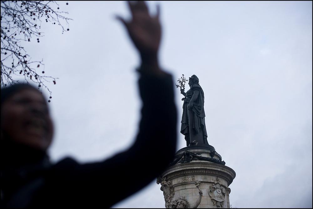 Les partisans de L. Gbagbo manifestent au centre de la place de la République à Paris.