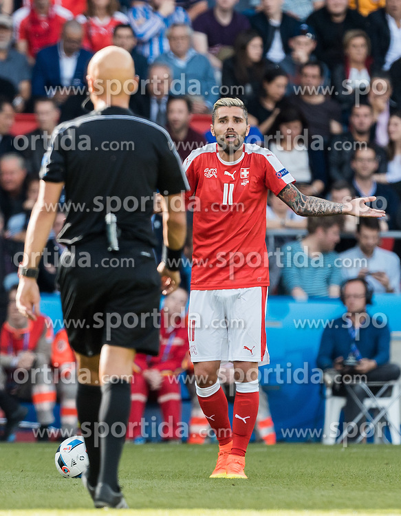 15.06.2016, Parc de Princes, Paris, FRA, UEFA Euro, Frankreich, Rumaenien vs Schweiz, Gruppe A, im Bild Referee Sergej Karasew (RUS), Valon Behrami (SUI) // Referee Sergej Karasew (RUS) Valon Behrami (SUI) during Group A match between Romania and Switzerland of the UEFA EURO 2016 France at the Parc de Princes in Paris, France on 2016/06/15. EXPA Pictures © 2016, PhotoCredit: EXPA/ JFK