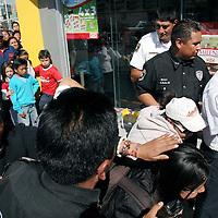 Toluca, Mex.- Dos jóvenes perdieron la vida asfixiados por monoxido de carbono en el interior de una tienda oxxo, ubicada en las calles de Morelos y Pino Suárez, en Santa Ana Tlapaltitlán. Agencia MVT / Arturo Rosales Chávez. (DIGITAL)<br /> <br /> NO ARCHIVAR - NO ARCHIVE