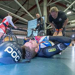 27-12-2017: Wielrennen: NK Baan: Alkmaar<br />Harry Lavreijsen uitgeteld na de derde rit op het NK sprint die hij verloor vam Mathijs Buchli. Coach Bill Huck schudt de beentjes los