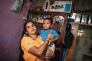 Alka Naydu med sin son i sitt hem i ett slumomr&aring;de i Bombay (Mumbai), Indien<br /> COPYRIGHT 2008 CHRISTINA SJ&Ouml;GREN<br /> ALL RIGHTS RESERVED