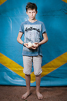 Nikita Nesterenko. Ich heiße Nikita, bin 14 Jahre alt und stamme aus Krasnyj Lutsch, Oblast Lugansk. Mit meinen Eltern und meiner Schwester Veronika bin ich im August vergangenen Jahres nach Charkiw geflohen als sich die Situation verschlechterte. Ich mag an Charkiw, dass die Stadt so groß ist und dass sie schöner ist als meine Heimatstadt, aber es ist nicht das Gleiche. Ich vermisse meine Großeltern und meinen Cousin Maxim sehr. Sie leben noch in Krasnyj Lutsch und Ich telefoniere regelmäßig mit ihnen, um zu hören, dass es ihnen gut geht. Sollten wir jemals zurückkehren, würde ich sie als erstes besuchen, aber ich bin mir nicht  sicher, ob ich nicht doch lieber in Charkiw bleiben will. Die Schule dort ist zumindest viel besser, als meine alte.  Nikita ist im Augsut 2014 aus seiner Heimat Krsnolutsch, Oblast Lugansk geflohen. Jetzt wohnt er mit seinen Eltern und seiner Schwester Veronik in Charkiw. Die große Stadt gefällt ihm aber er vermisst seine Großeltern sehr, ebenso seinen Cousin,  der noch in Kransolutsch lebt. Regelmäßig telefoniert er mit seinen Verwandten. Er ist nicht sicher, ob er in seine Heimat zurückkehren möchte. Zumindest die Schule in Charkiw, sagt er, sei viel besser als die alte.