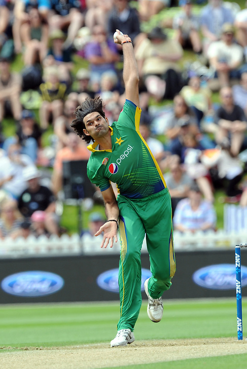 Pakistan's Mohammad Irfan bowling against New Zealand in the 1st ODI International Cricket match at Basin Reserve, Wellington, New Zealand, Monday, January 25, 2016. Credit:SNPA / Ross Setford