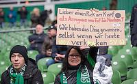 FUSSBALL   1. BUNDESLIGA   SAISON 2014/2015   25. SPIELTAG SV Werder Bremen - FC Bayern Muenchen                01.03.2015 Ein weiblicher Werder Fan haelt ein Schild mit der Aufschrift, Lieber einen Puck am Kopf, als Arroganz von Kopf bis Nacken! Wir haben das Ding gewonnen, selbst wenn wir heute verkxxacken
