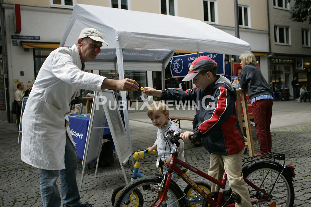 BI on Tour - Bus-Tour der B&uuml;rgerinitiative Umweltschutz L&uuml;chow-Dannenberg im Sommer 2009. Mit einen Reisebus tourte die BI einen Monat lang durch Deutschland, um auf die drohende Verl&auml;ngerung der Laufzeiten von AKW im Falle eines Wahlsigs von CDU und FDP aufmerksam zu machen. Im Bild (links): Peter Bauhaus<br /> <br /> Ort: M&uuml;nchen<br /> Copyright: Andreas Conradt<br /> Quelle: PubliXviewinG