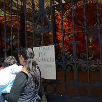 """Toluca, México. Debido a las grabaciones de una novela por parte de la empresa Televisa, turistas y toluqueños se quedaron con las ganas de poder visitar el día de hoy el Jardín Botánico Cosmovitral, donde solo pegaron un letrero a la entrada principal con la leyenda """"Cerrado por Filmación"""". Agencia MVT / Arturo Hernández."""