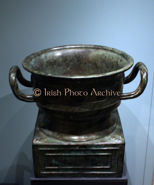 Bronze ritual food vessel, gui with inscription, Western Zhou dynasty, 1050-900 BC
