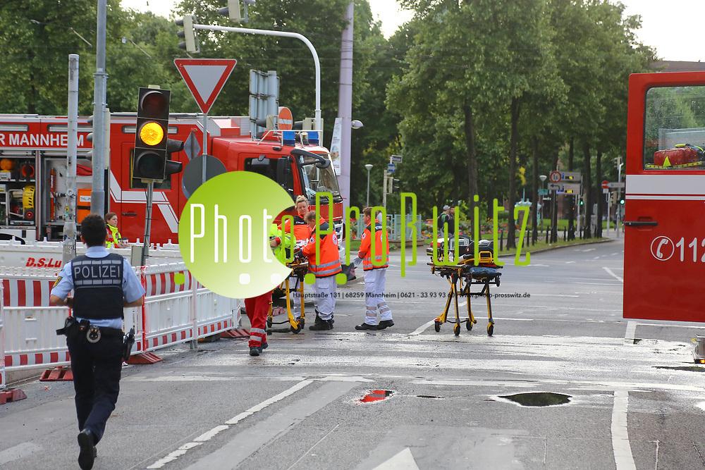 Mannheim. 30.06.17 | Brand in der Innenstadt<br /> Innenstadt. N7. Brand in einer Bar.<br /> Zu einem gr&ouml;&szlig;eren R&uuml;ckstau von Lieferfahrzeugen in der Kunststra&szlig;e f&uuml;hrt derzeit ein Brand in der Mannheimer Innenstadt. Wegen der L&ouml;scharbeiten ist die Kunststra&szlig;e derzeit noch gesperrt. Die Feuerwehr war am Morgen zu einer Verpuffung in einem Gastronomiebetrieb gerufen worden. Tats&auml;chlich brannte es in der K&uuml;che. Das Feuer f&uuml;hrte zu einer starken Rauchentwicklung. Zeitweise waren zwei L&ouml;schz&uuml;ge der Berufsfeuerwehr und die Freiwillige Feuerweh Innenstadt im Einsatz. Derzeit werden die Schl&auml;uche eingerollt, die Einsatzstelle wohl in kurzer Zeit freigegeben. Bei dem Brand zogen sich drei Personen Rauchgasvergiftungen zu. Sie kamen zur Behandlung ins Krankenhaus.<br /> <br /> <br /> BILD- ID 0411 |<br /> Bild: Markus Prosswitz 30JUN17 / masterpress (Bild ist honorarpflichtig - No Model Release!)