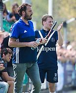 AMSTELVEEN -  Hockey Hoofdklasse heren Pinoke-Amsterdam (3-6). In de 13e minuut was er een luid applaus voor nr. 13, Dennis Warmerdam (Pinoke) , die  vanwege kanker en een tumor in zijn arm, zijn hockeycarrière moet beëindigen  . links coach Jesse Mahieu (Pinoke)  COPYRIGHT KOEN SUYK
