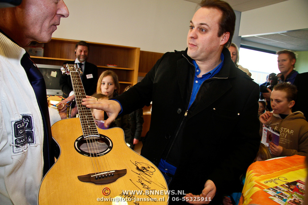NLD/Blaricum/20100304 - Opening Vrouw Moeder Kind Centrum in Tergooiziekenhuis Blaricum, Frans signeert gitaar