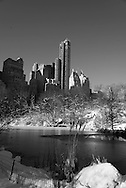 New York. Central park under the snow , the pond / Central park  le pond . Central park sous la neige.