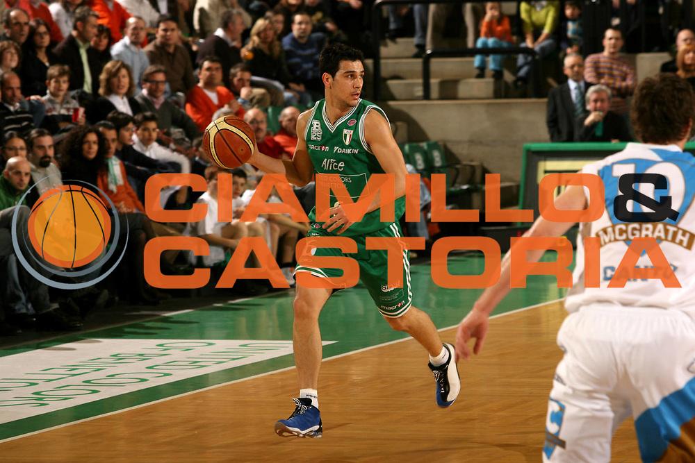 DESCRIZIONE : Treviso Lega A1 2006-07 Benetton Treviso Tisettanta Cantu <br /> GIOCATORE : Zisis<br /> SQUADRA : Benetton Treviso<br /> EVENTO : Campionato Lega A1 2006-2007 <br /> GARA : Benetton Treviso Tisettanta Cantu <br /> DATA : 04/02/2007 <br /> CATEGORIA : Palleggio<br /> SPORT : Pallacanestro <br /> AUTORE : Agenzia Ciamillo-Castoria/M.Marchi