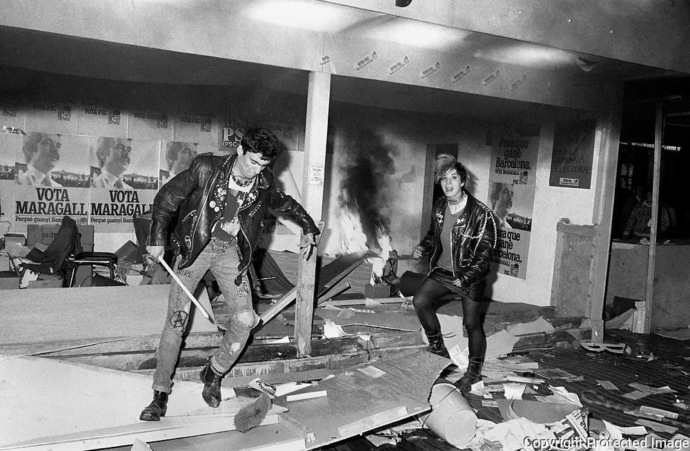 Fotografia feta el 23-04-83 a les Rambla de Barcelona i publicada en portada del<br />  &ldquo; Diario de Barcelona&rdquo;  el dia 29-05-83.<br /> Peu de foto : Dos punk  es van sumar els actes de vandalisme que varen acabar amb l&rsquo;incendi de la caseta electoral del PSC-PSOE  que tenia  a l&rsquo;al&ccedil;ada del Hotel Manila a  Rambla de Barcelona . Els  fets van passar  cap el final  d&rsquo;una manifestaci&oacute; independentista  que es va originar al carrer Ferr&aacute;n despr&eacute;s de un acte de la &ldquo; Crida a la Solidaritat&rdquo; a la Pl&ccedil;a San Jaume .