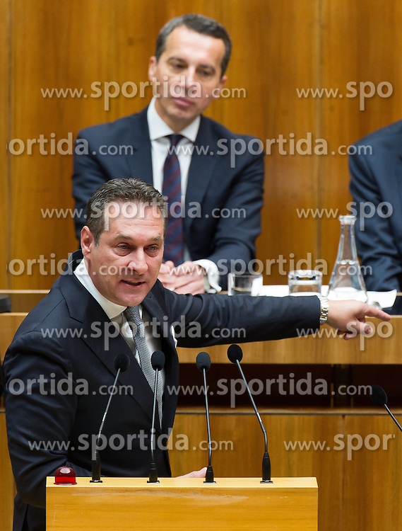19.05.2016, Parlament, Wien, AUT, Parlament, Nationalratssitzung, Sitzung des Nationalrates mit erster Rede des neuen Bundeskanzlers, im Bild Klubobmann FPÖ Heinz-Christian Strache vor Bundeskanzler Christian Kern (SPÖ) // Leader of the parliamentary group FPOe Heinz Christian Strache in front of Federal Chancellor of Austria Christian Kern during meeting of the National Council of austria with a speech of the new chancellor at austrian parliament in Vienna, Austria on 2016/05/19, EXPA Pictures © 2016, PhotoCredit: EXPA/ Michael Gruber