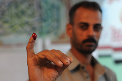 28.10.2015, Kairo, EGY, Parlamentswahl in Ägypten, im Bild Ägyptens Bürger bei den Parlamentswahlen // An Egyptian man displays his inked finger after he casts his vote at a polling station of the runoff to the first round of the parliamentary elections in Cairo, Egypt on 2015/10/28. EXPA Pictures © 2015, PhotoCredit: EXPA/ APAimages/ Amr Sayed<br /> <br /> *****ATTENTION - for AUT, GER, SUI, ITA, POL, CRO, SRB only*****