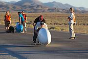 Jan Marcel van Dijken gaat van start voor de eerste race van de WHPSC. In Battle Mountain (Nevada) wordt ieder jaar de World Human Powered Speed Challenge gehouden. Tijdens deze wedstrijd wordt geprobeerd zo hard mogelijk te fietsen op pure menskracht. Ze halen snelheden tot 133 km/h. De deelnemers bestaan zowel uit teams van universiteiten als uit hobbyisten. Met de gestroomlijnde fietsen willen ze laten zien wat mogelijk is met menskracht. De speciale ligfietsen kunnen gezien worden als de Formule 1 van het fietsen. De kennis die wordt opgedaan wordt ook gebruikt om duurzaam vervoer verder te ontwikkelen.<br /> <br /> Jan Marcel van Dijken starts for the first race of the WHPSC. In Battle Mountain (Nevada) each year the World Human Powered Speed Challenge is held. During this race they try to ride on pure manpower as hard as possible. Speeds up to 133 km/h are reached. The participants consist of both teams from universities and from hobbyists. With the sleek bikes they want to show what is possible with human power. The special recumbent bicycles can be seen as the Formula 1 of the bicycle. The knowledge gained is also used to develop sustainable transport.