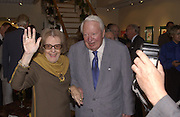 Fleur Cowles and Ted Heath. Fleur Cowles exhibition private view. Messens Gallery. Cork St. London. 11 June 2002. © Copyright Photograph by Dafydd Jones 66 Stockwell Park Rd. London SW9 0DA Tel 020 7733 0108 www.dafjones.com