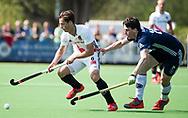 AMSTELVEEN -  Hockey Hoofdklasse heren Pinoke-Amsterdam (3-6).  Caspar van Dijk (A'dam)   met Maurits Paijens (Pinoke)   COPYRIGHT KOEN SUYK