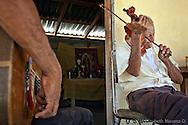 El Sr. Alvarez y su hijo tocando y cantando corridos locales.