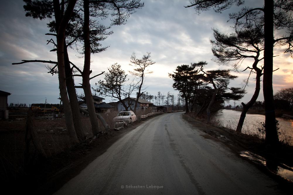Ishinomaki  Shimodai  Mud & car  - 11 mars 2012.Shimodai est un quartier en front de mer qui se trouve a louest dIshinomaki. Dans cette partie de la ville, il nexiste aucun relief et leau sest enfoncée profondément à lintérieur des terres.
