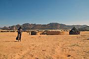 Toubou tents just outside the great Aloba Arch.<br /> <br /> Insediamento Toubou non lontano dall'arco naturale di Aloba. Il pi&ugrave; grande fuori dagli Stati Uniti, &egrave; alto circa 120 metri.
